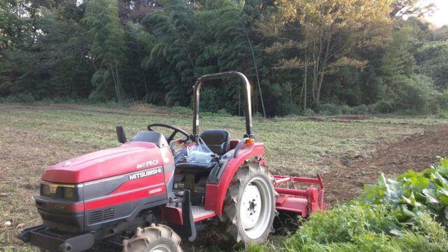 畑を耕す三菱トラクター