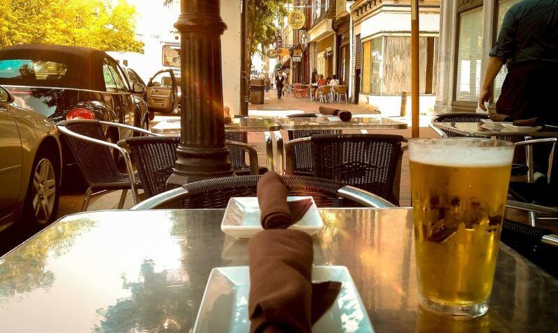 屋外で飲むビール
