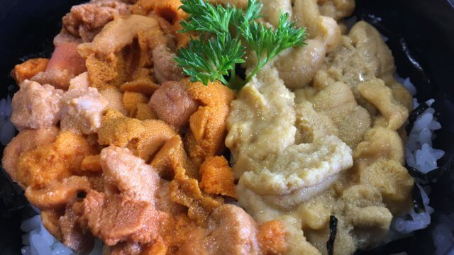 赤ウニ(バフンウニ)と白ウニ(ムラサキウニ)の二色丼