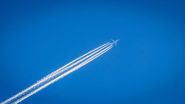 飛行機と飛行機雲