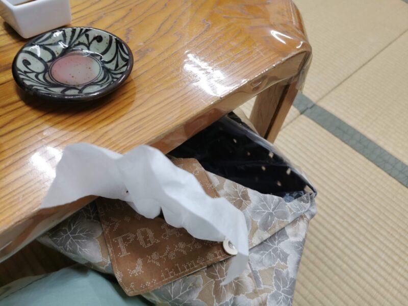 「民宿たかよし」の食卓横のゴミ入れ
